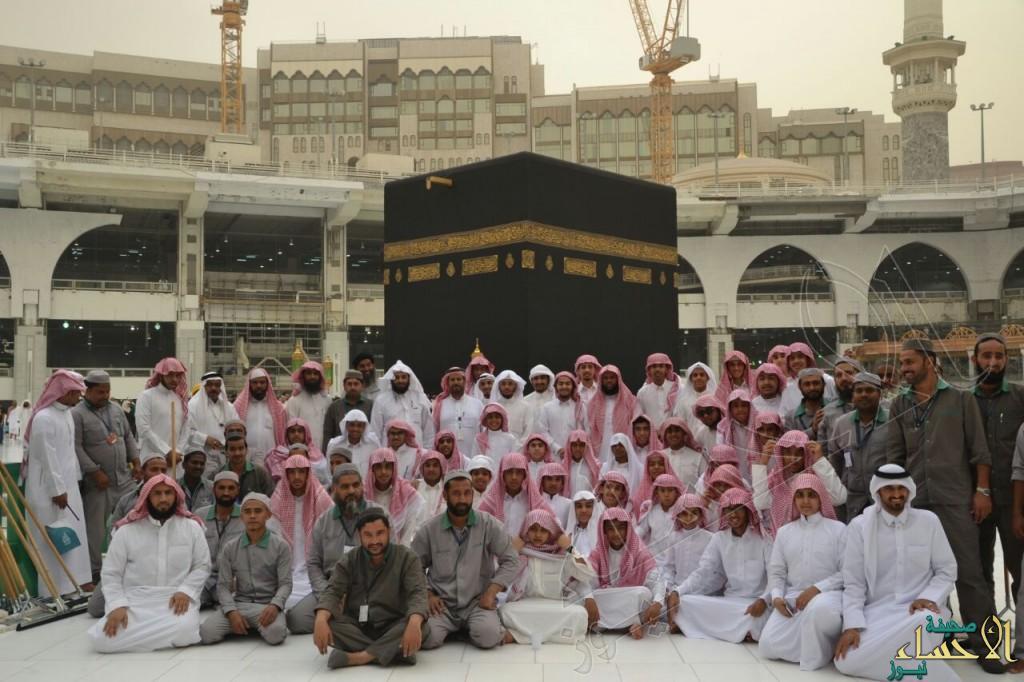 """بالصور .. شباب #الأحساء يشاركون في تنظيف """"الحرم المكي"""" ويزرون الشيخ """"آل طالب"""""""