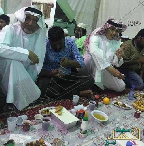 """بالصور.. الأمير سلطان بن سلمان يتناول الإفطار وسط """" العمالة """""""