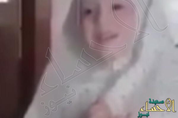 شاهد.. مقطع مؤثر لطفلة سورية تردد الدعاء مع والدها وتُفاجأ بالقصف