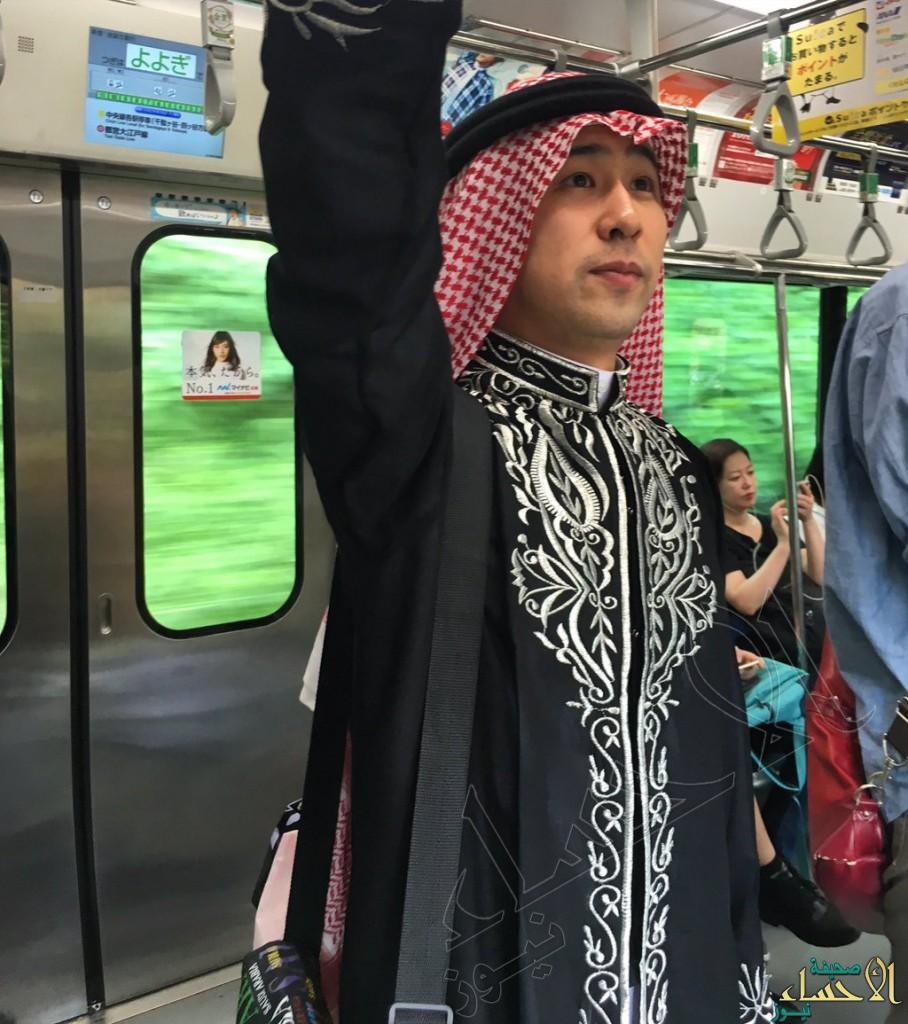 بالصور.. ياباني مولع بالسعودية فباتت صوره لا تخلو من الزي العربي !