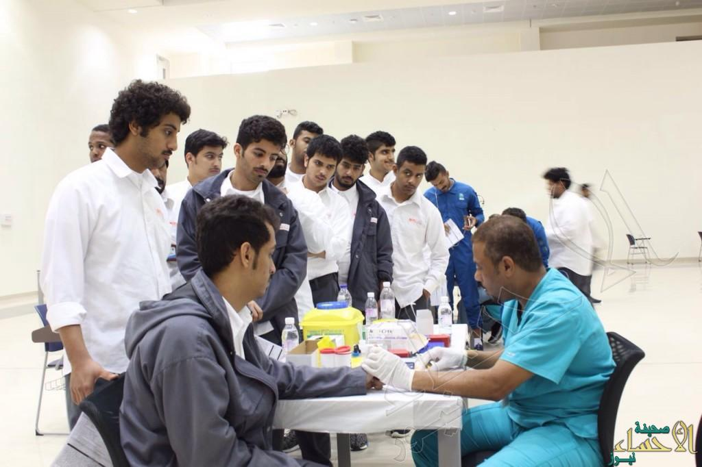 """بالصور.. """"هيفاء العيسى"""" أيقونة حملة التبرع بالدم في معهد التدريب الصناعي بالأحساء"""