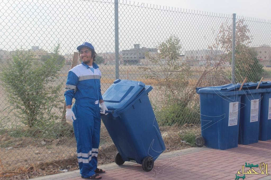 """بالصور وفي تجربة فريدة.. شباب محاسن #الأحساء """"عمال نظافة"""" بدوام حقيقي ؟!!"""