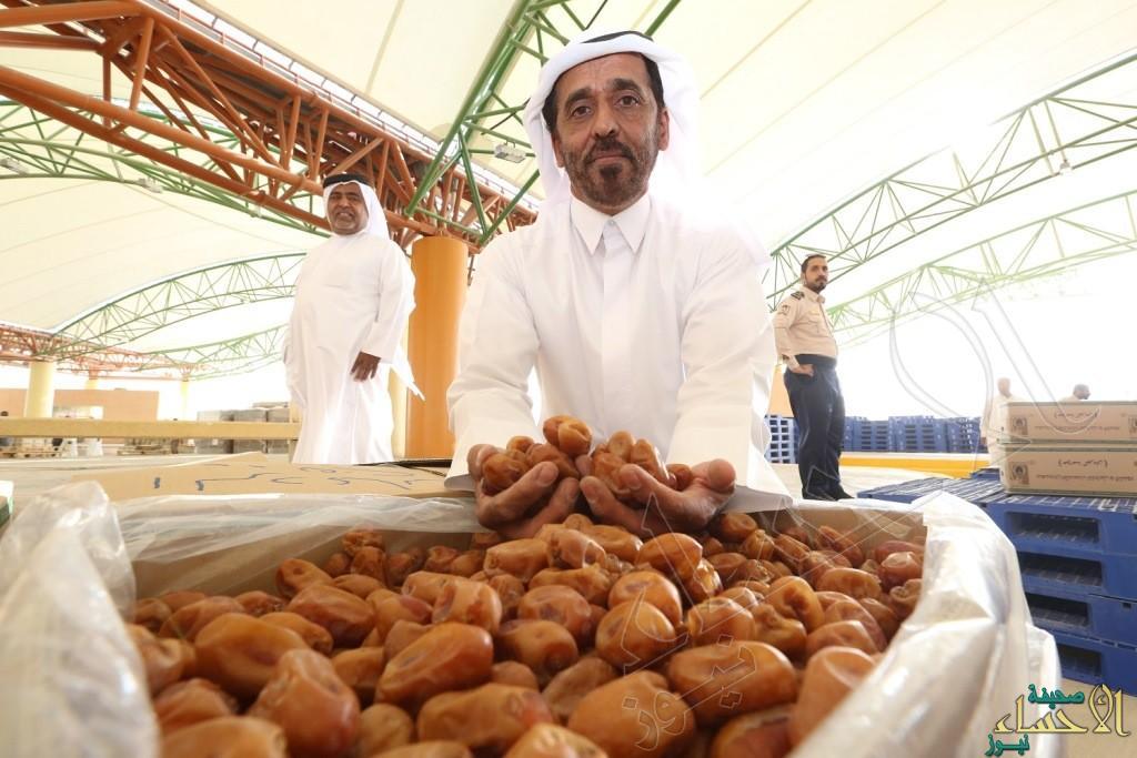 """في #مهرجان_تمور_الأحساء_الرابع .. """"تاجر"""" يبيع """"الخلاص"""" بأكثر من 20 ألف ريال !"""