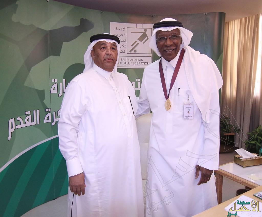 """عضو الاتحاد السعودي """"الجاسم"""" يهدي أحمد عيد ميداليته الخاصة لبطولة كأس الخليج للشباب"""