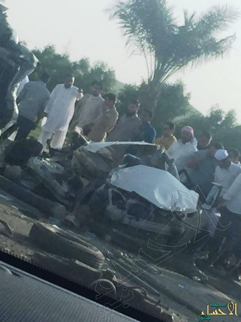 """بالصور … في #الأحساء حادث شنيع لسيارتين و """"دينا"""" يحيلهم لكومة حديد ويخلف إصابات"""