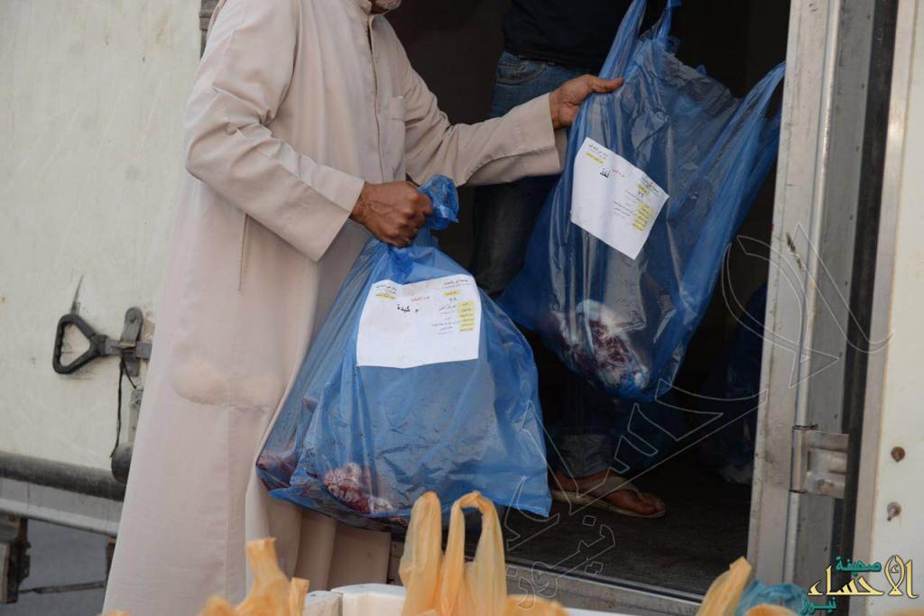 بالصور.. مركز حي الملك فهد يوزع الأضاحي في العيد