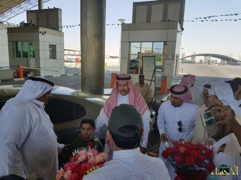 بالصور.. مدير جمرك #البطحاء يستقبل المسافرين بالورود والهدايا