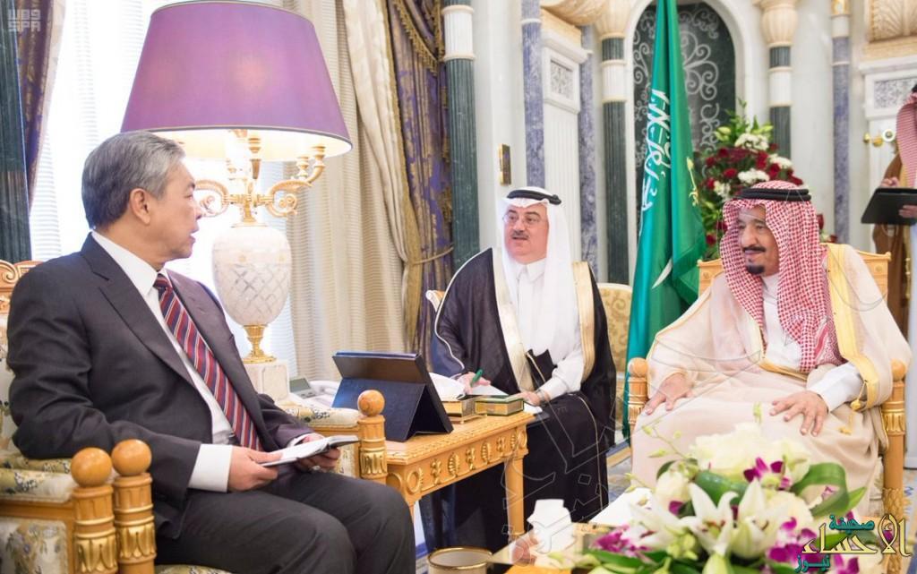 بالصور.. #الملك_سلمان يبحث مع نائب رئيس الوزراء الماليزي مستجدات الأحداث