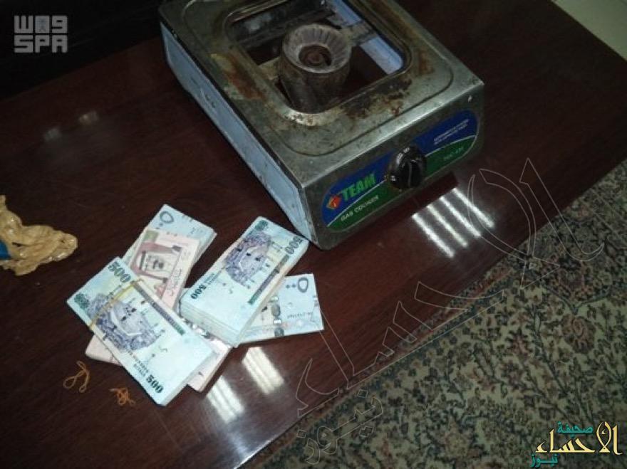 بالصور.. جمرك البطحاء يُحبط محاولة لتهريب 200 ألف ريال سعودي للخارج