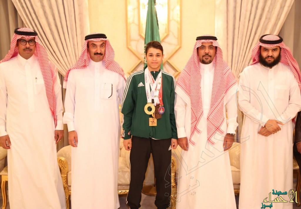 """بالصور .. سمو الأمير عبدالعزيز يستقبل بطل الكاراتيه """"العيسى"""""""