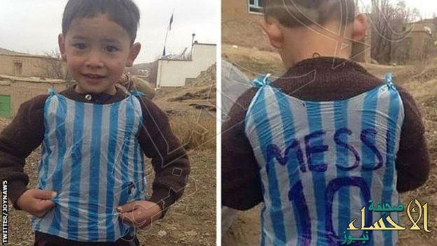 """بالصور.. لقاء تاريخي يجمع """"ميسي"""" بمشجعه الذي ارتدى قميصه """"البلاستيكي"""" في قطر"""