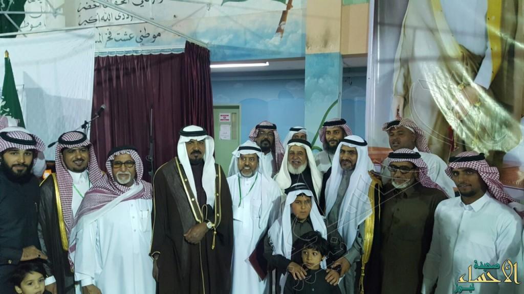 """بالصور… أبناء العيون يُكرمون """"الزيد"""" بعد 33 عاماً في """"التعليم"""""""