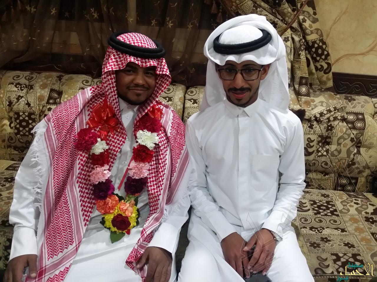 العريس فاضل مع أحد أصدقائه
