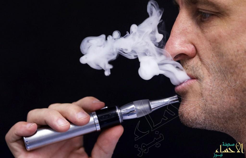 """إقامة الأطفال مع مدخني """"السجائر الإلكترونية"""" يتسبب في إقبالهم على التدخين كباراً"""