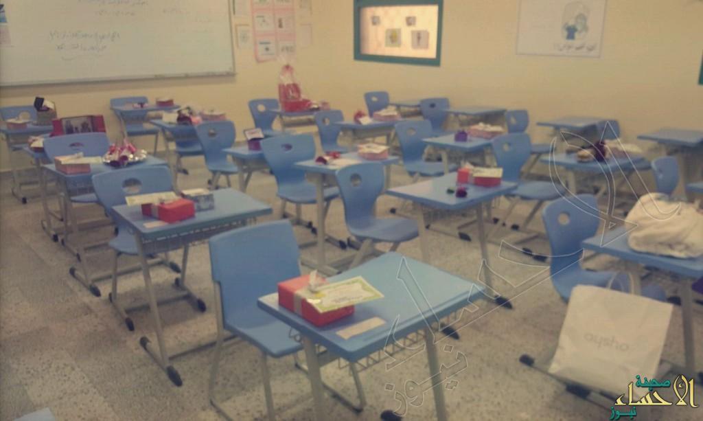 """في """"ثانوية العمران"""".. معلمة تُفاجئ طلابها بهدايا أثناء الاختبار !"""