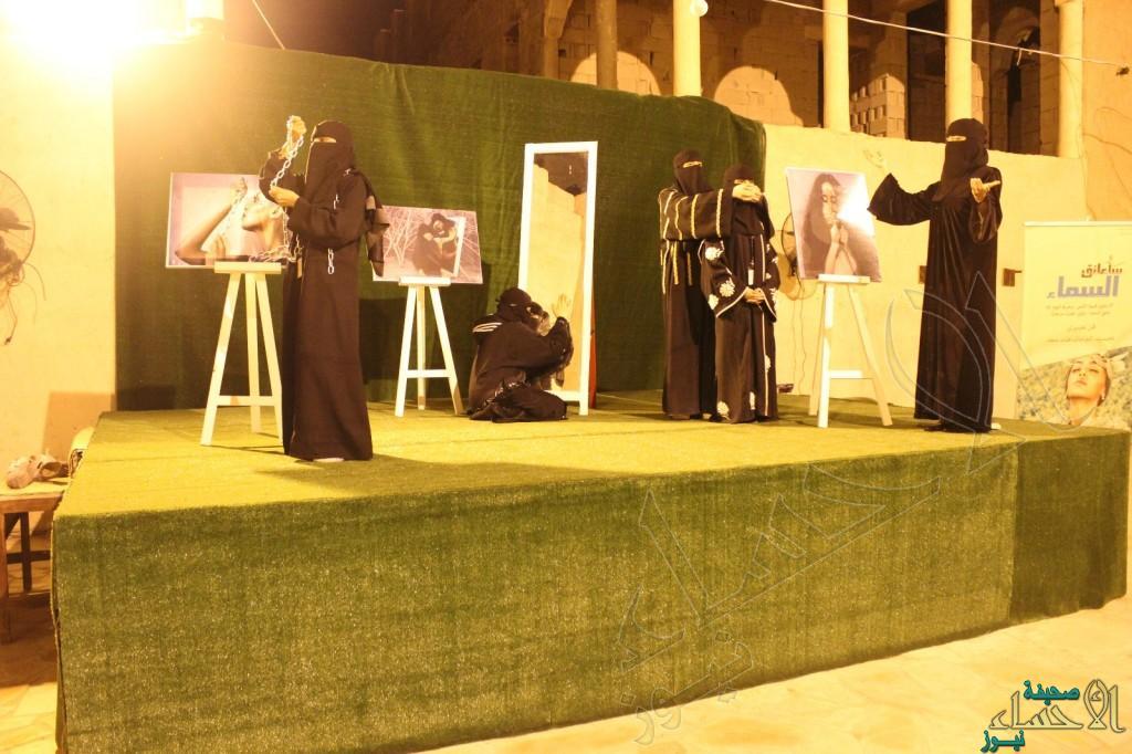 """بالصور.. مسرح لـ""""الفن النسائي"""" يشد انتباه زوار """"القرية التراثية بـ #كلنا_منتجون7"""