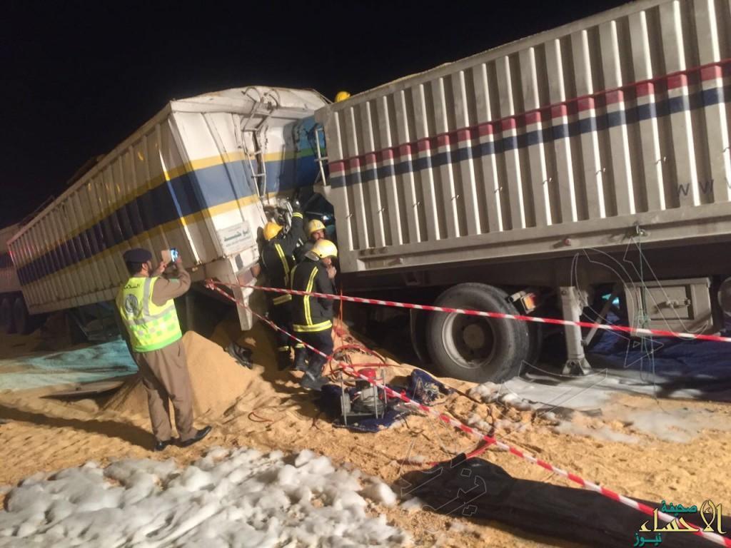 بالصور.. ثاني حادث في غضون دقائق في #الأحساء.. تصادم 4 شاحنات والحالة وفاة…!!