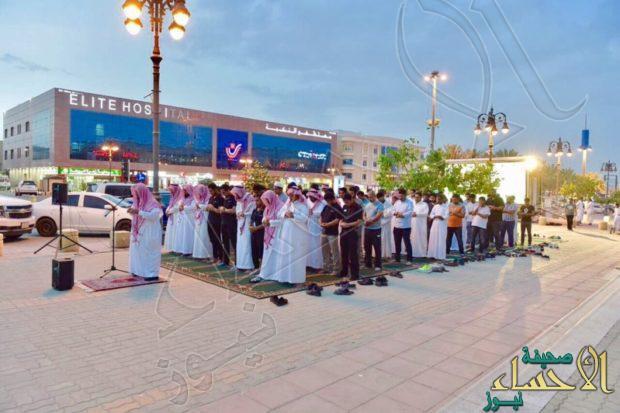 """بالصور.. الهيئة تفرش رصيف المشاة بتحلية الرياض بـ""""سجاد الصلاة"""""""