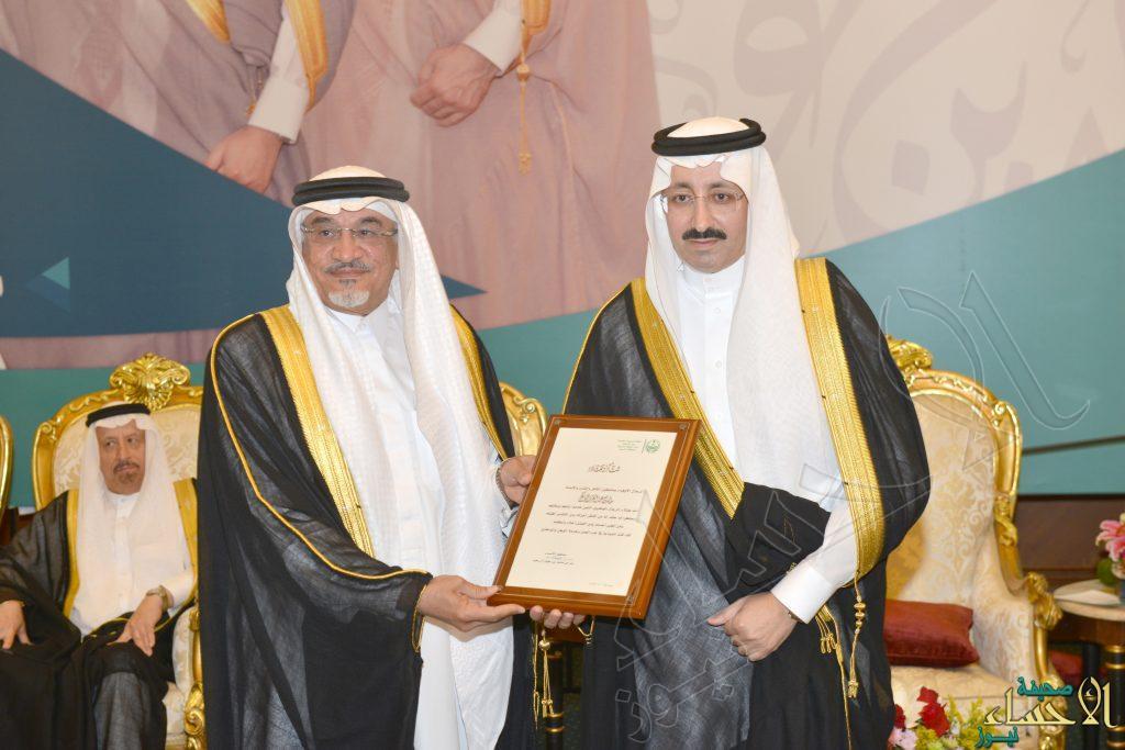 """بالصور… الأمير """"بدر بن جلوي"""" يُكرم """"البراك"""" بعد 32 عاما في العمل الحكومي"""