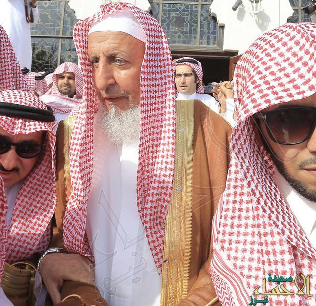 """بالصور.. """"مفتي المملكة"""" و""""أمير الرياض"""" يتقدمان المصلين على """"عميد الصحافة السعودية"""""""