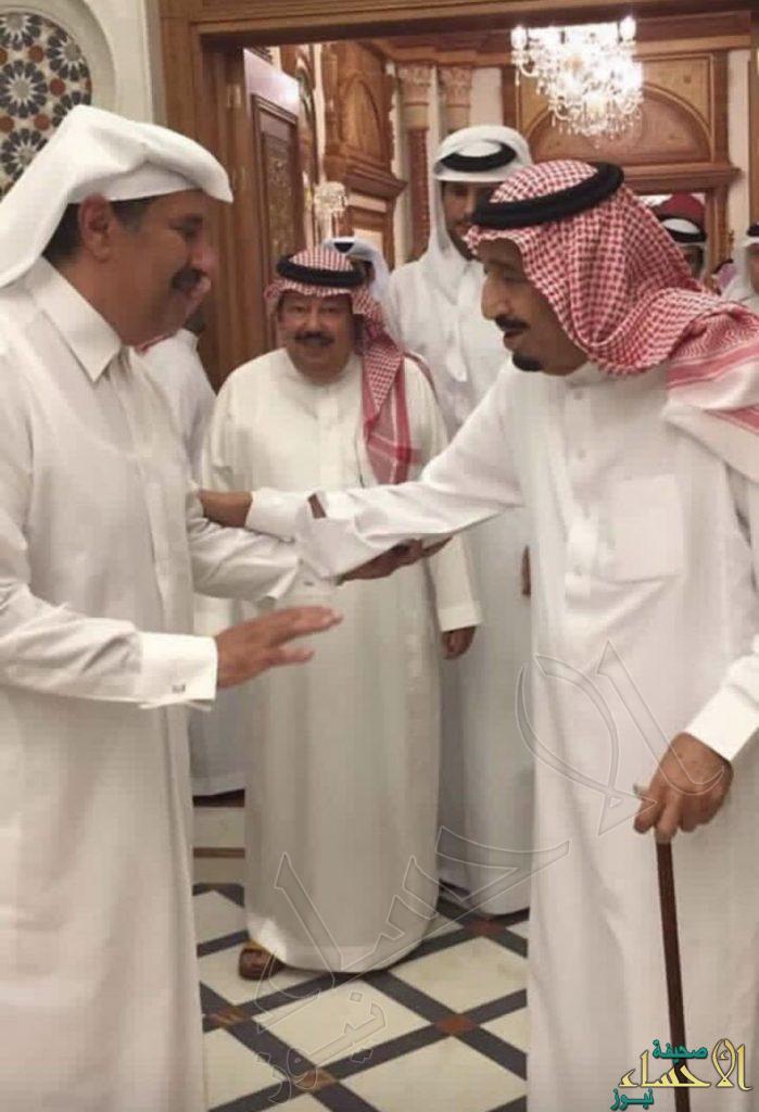 """""""سعود القحطاني"""" يكشف حقيقة صورة الملك سلمان مع """"حمد بن جاسم"""": قبل عامين"""