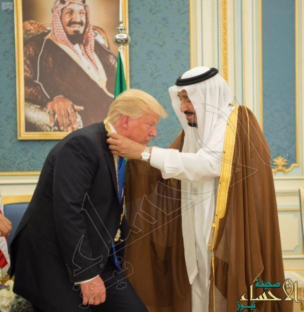 بالصور .. #خادم_الحرمين_الشريفين يقلد الرئيس الأمريكي #ترامب قلادة الملك عبدالعزيز