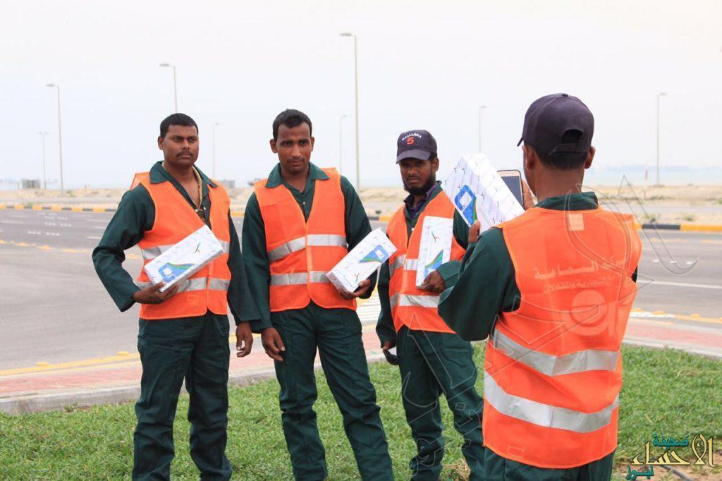 """مجلس المسؤولية الاجتماعية يوزع """"مراوح يدوية"""" على العمال في يومهم العالمي"""
