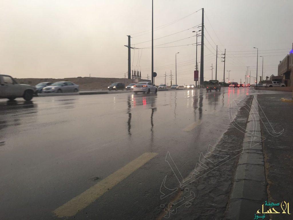 أمطار متوسطة تشهدها محافظة الأحساء الأن