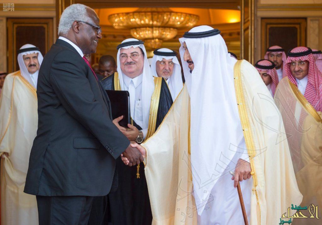 بالصور… خادم الحرمين يعقد جلسة مباحثات مع رئيس سيراليون