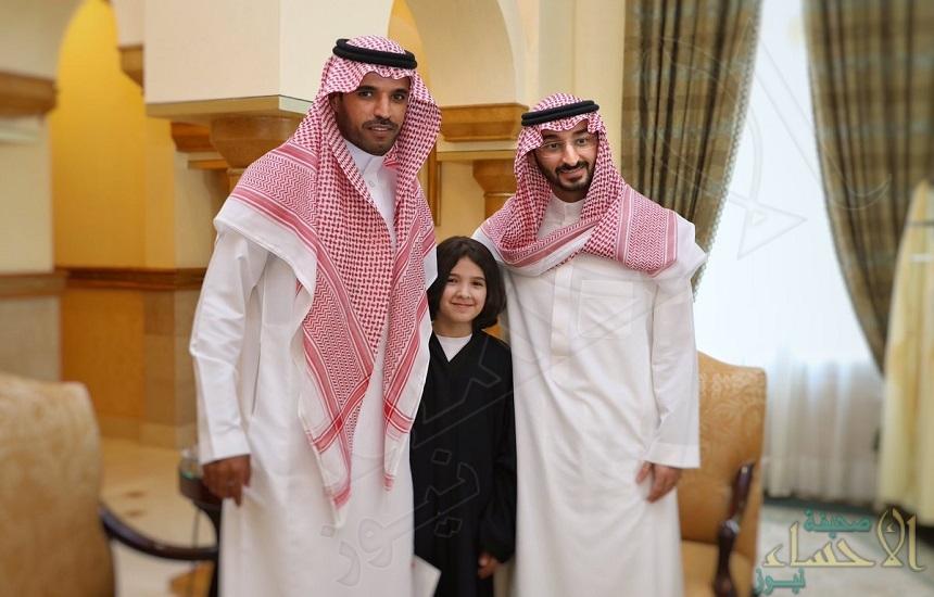 نائب أمير مكة يهدي شذى الطويرقي مكتبة ومكافأة تحفيزية
