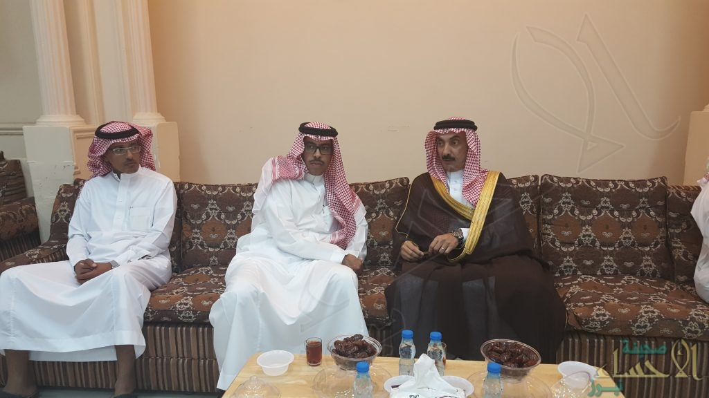 بالصور .. الأمير عبدالعزيز بن محمد بن جلوي يقدم واجب العزاء للزميل الدوسري