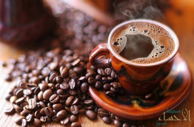 خبير أطعمة يحضر القهوة من الثوم