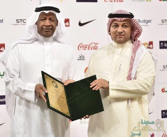 """رئيس الاتحاد السعودي يُكرم عضو رابطة المشجعين """"المرزوق"""""""