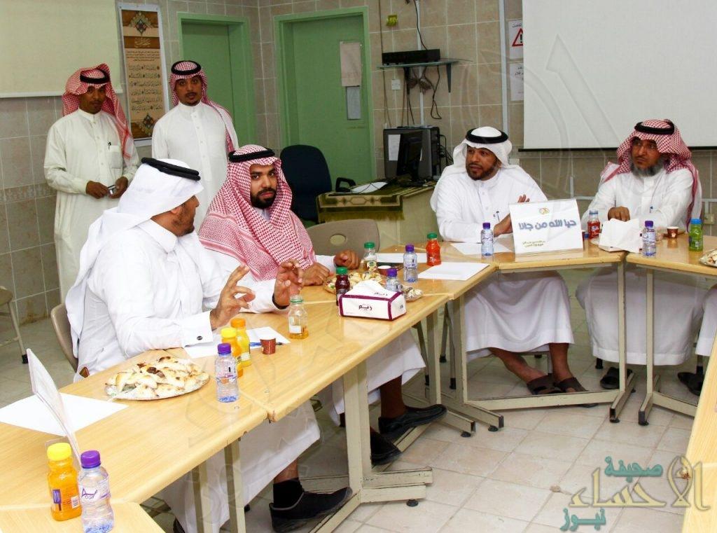 مدير إدارة تعليم الكبار يجتمع بقادة المدارس الثانوية الليلية