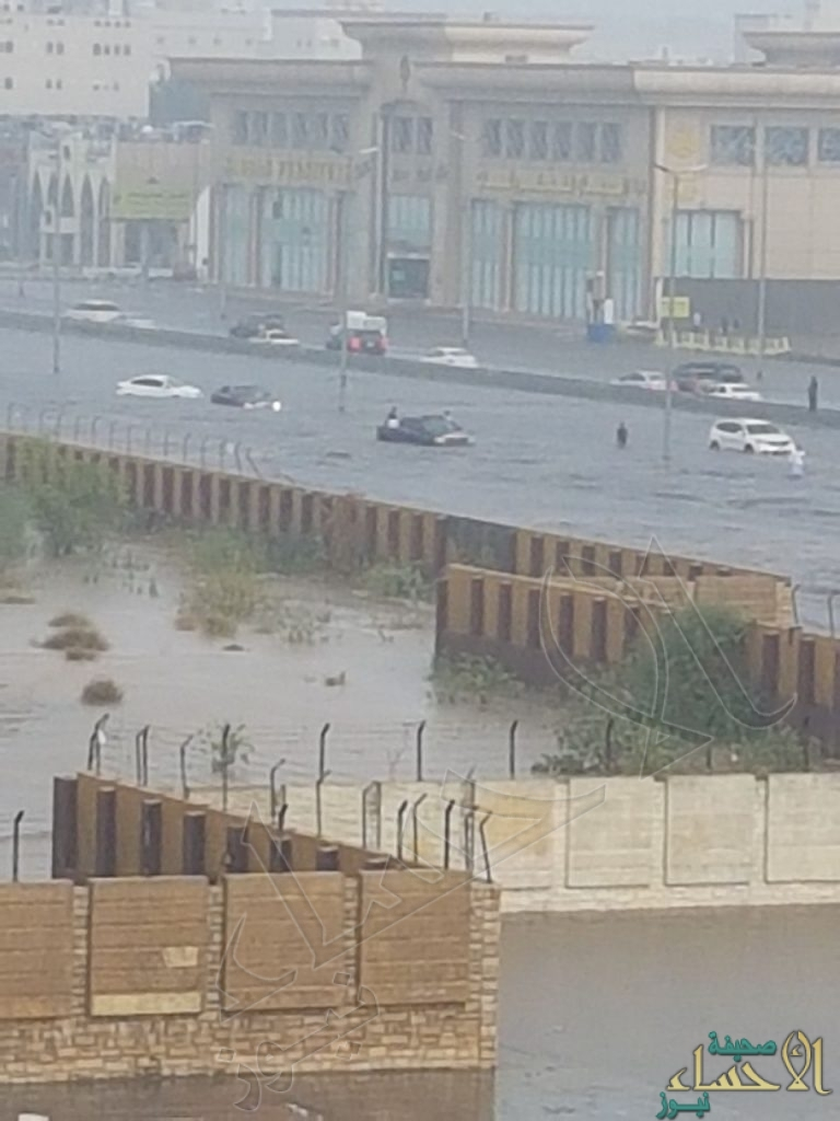 """بالرغم من مشاريع المليارات…""""جده""""  تفشل في اختبار السيول وتغرق تحت مياه الأمطار"""