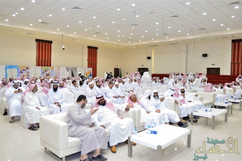 """بالصور… """"تحفيظ القرآن"""" في الأحساء تكرم أكثر من 100 معلم لكتاب الله"""