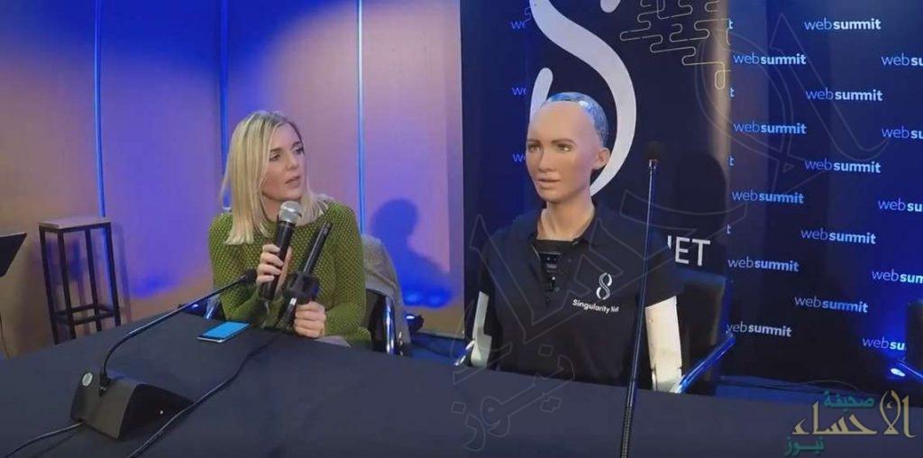 """بالفيديو.. الروبوت """"صوفيا"""": لا أهدد أحداً وفوجئت بمنحي الجنسية السعودية"""
