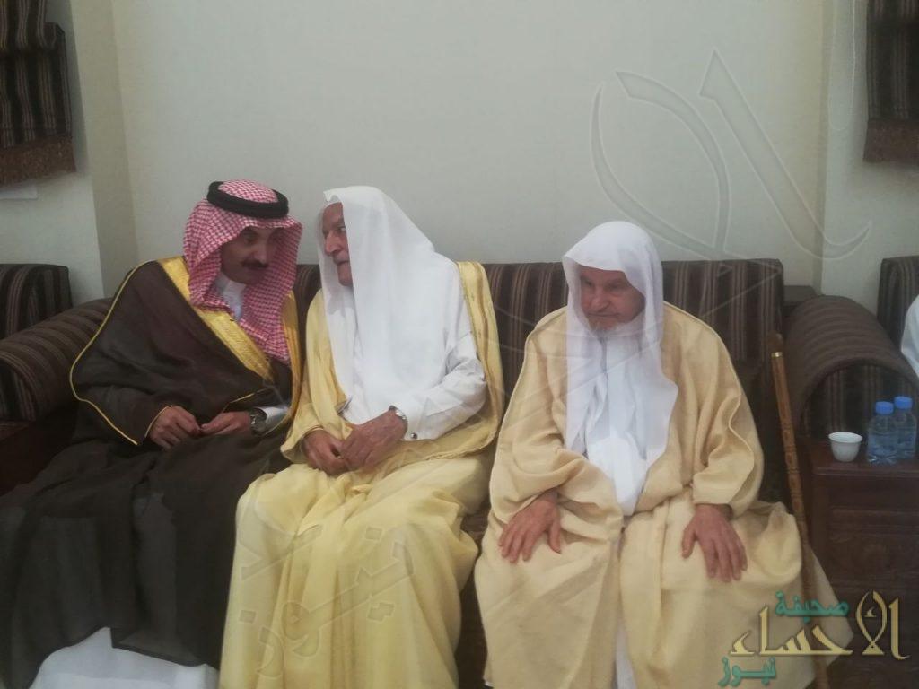 """بالصور… سمو الأمير """"عبدالعزيز"""" بن محمد بن جلوي يُعزي أسرة """"المُلا"""""""