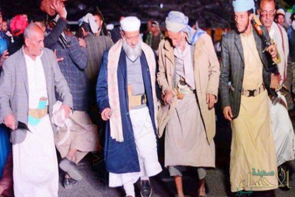 """يمنيون وصفوه بالمتلون.. خطيب """"صالح"""" يرقص مع الحوثيين ابتهاجاً بقتله"""