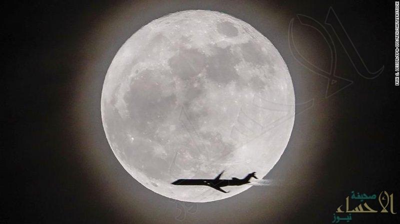 """ظاهرة فلكيّة لا تتكرّر كثيراً .. """"القمر الذئب"""" يتوسط السماء بعد غد"""