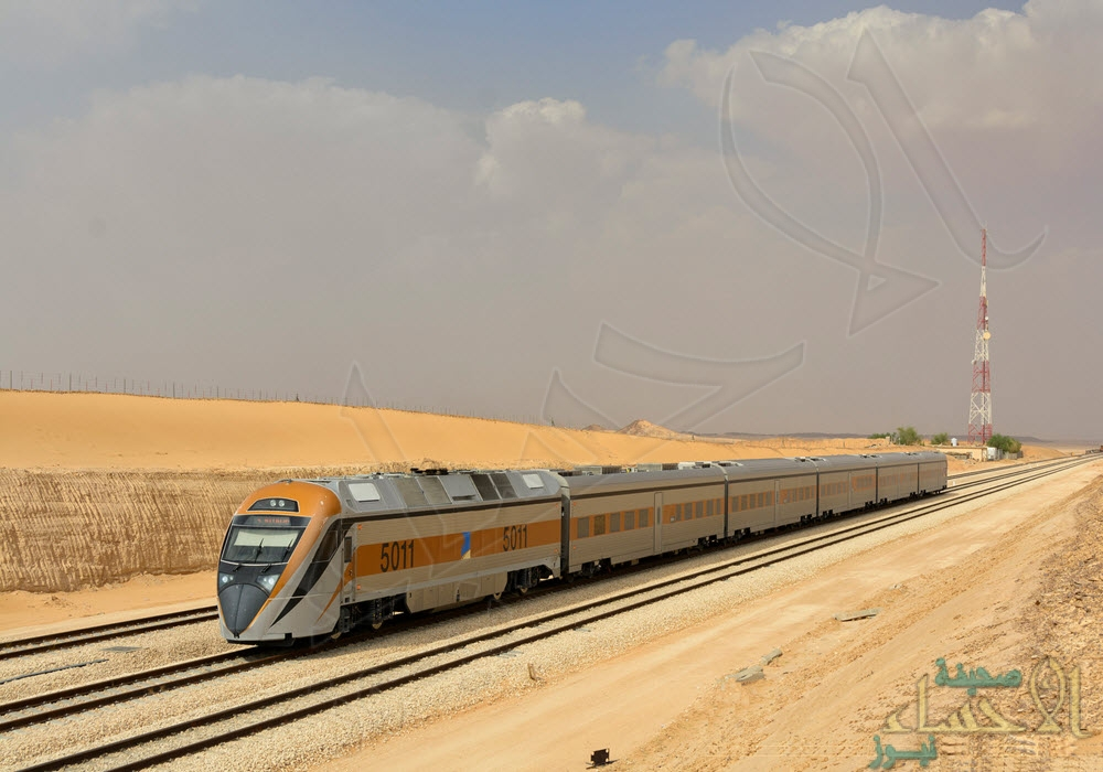"""بالصور..  قطار """"الأحساء"""" القادم من الرياض يصطدم بمركبة انقلبت في طريقه !!"""