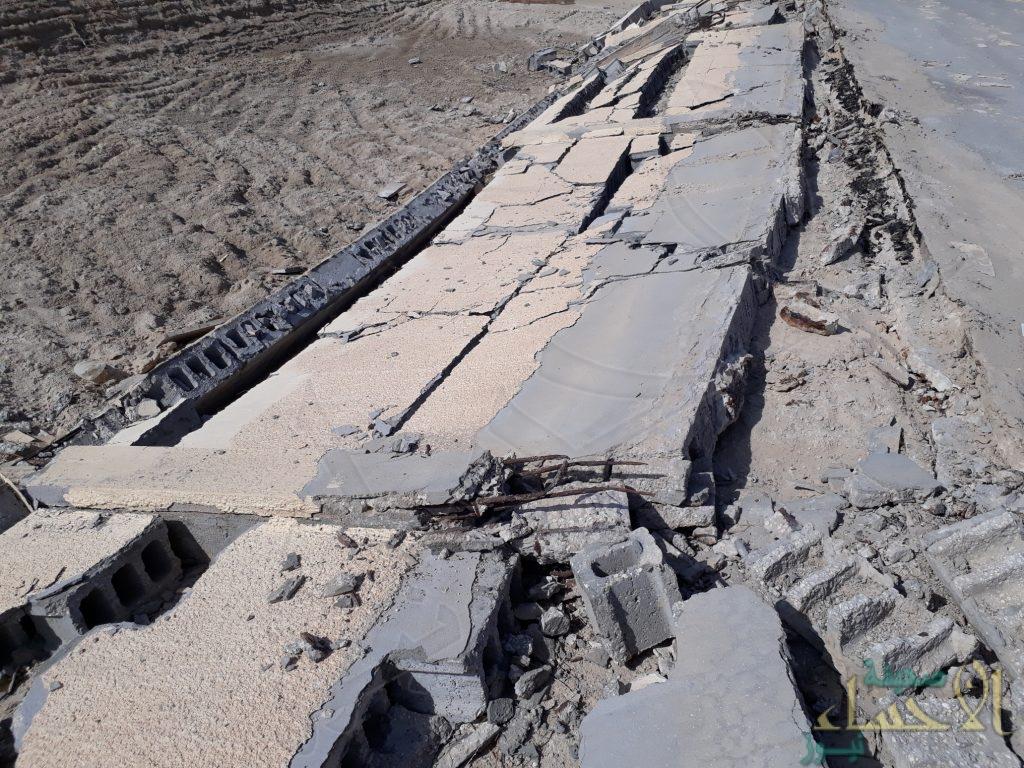 """بالصور.. سقوط سور الـ50 عاماً لإحدى المقابر في الأحساء وبلاغ عاجل لـ""""الأمانة"""""""