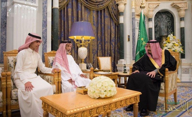"""بالصور… هكذا كان لقاء """"الملك سلمان"""" بأسرة القاضي """"الجيراني"""""""