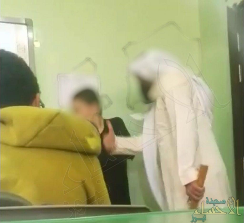 بالصور..معلم يلطم وجه طالب في الأحساء..  ومصادر تؤكد: هذا ما صدر بحقه!!