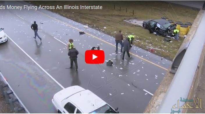 """بالفيديو.. الشرطة تكنس """"آلاف الدولارات"""" على """"طريق سريع"""" !!"""