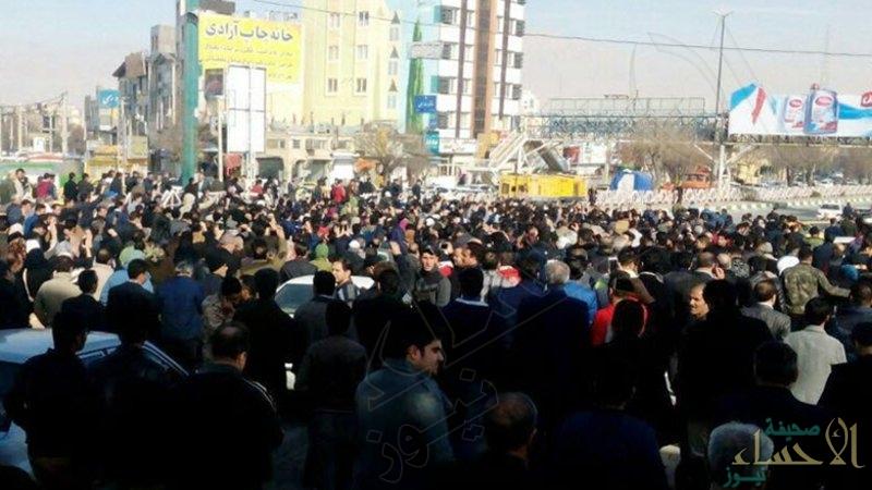 """الحشود إلى بيت """"خامنئي"""".. ضربة موجعة وانشقاقات بـ""""الحرس"""" وهذه الدولة تدعم الملالي!"""