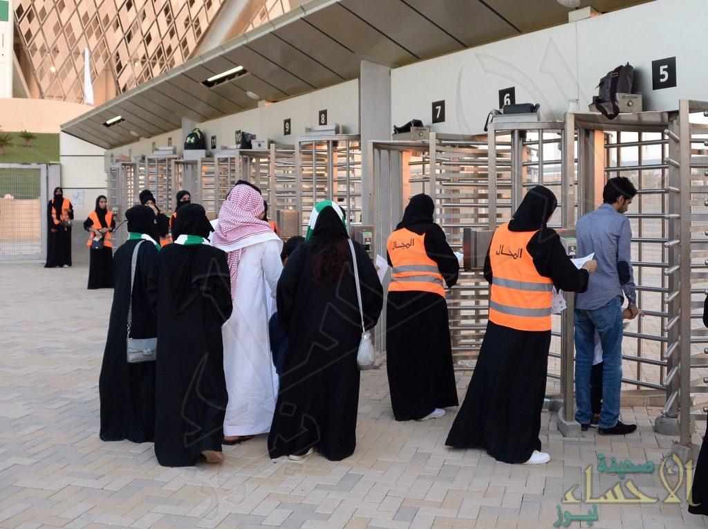 شاهد بالصور دخول النساء لأول مرة ملاعب السعودية   