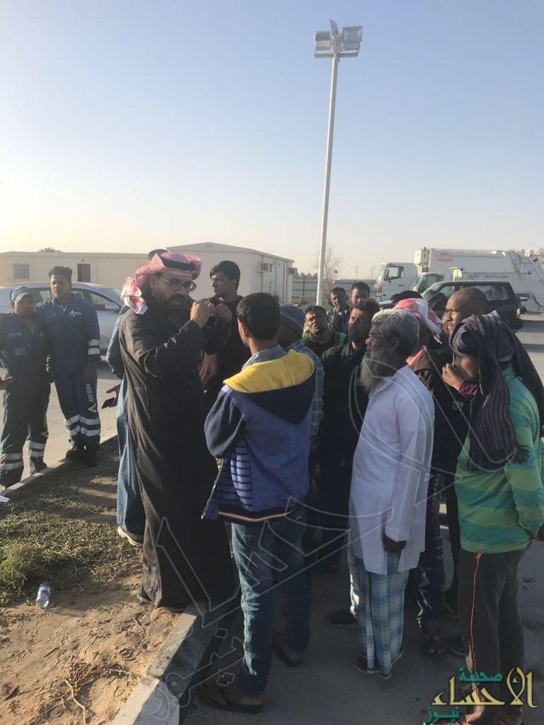 """بالصور.. """"عمل الأحساء"""" يُنهي إضراب ٤٠٠  عامل طالبوا بتصفية مستحقاتهم وترحيلهم"""