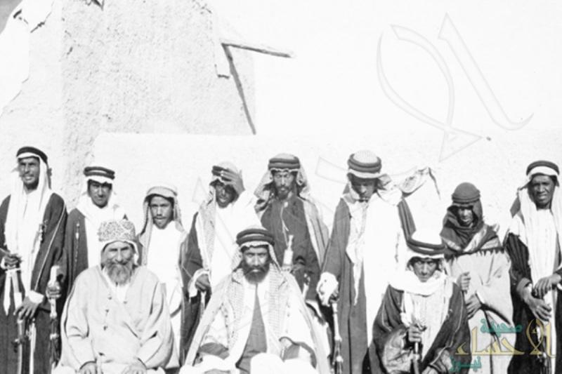 """من الأحساء.. صورة نادرة للأمير """"عبد الله بن جلوي"""" وابنه سعود منذ 100 عام"""
