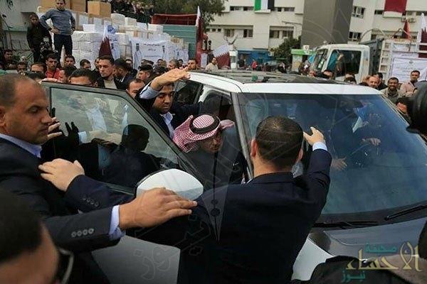 بالصور.. فلسطينيون يعتدون على السفير القطري بالأحذية !!